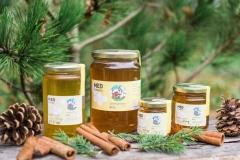 Sortni medovi 120g (1,8 EUR), 240g (3 EUR), 450g (6 EUR), 900g (10-12 EUR).