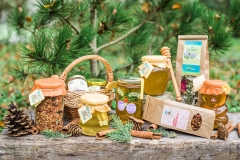 Novoletna poslikava kozarca (5-7 EUR), zeliščni čaji(3,5 eur), šipkov čaj (3 EUR), božično-novoletni čaj (4 EUR).